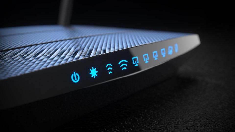 Un gros plan sur un routeur sans fil sur un fond noir.
