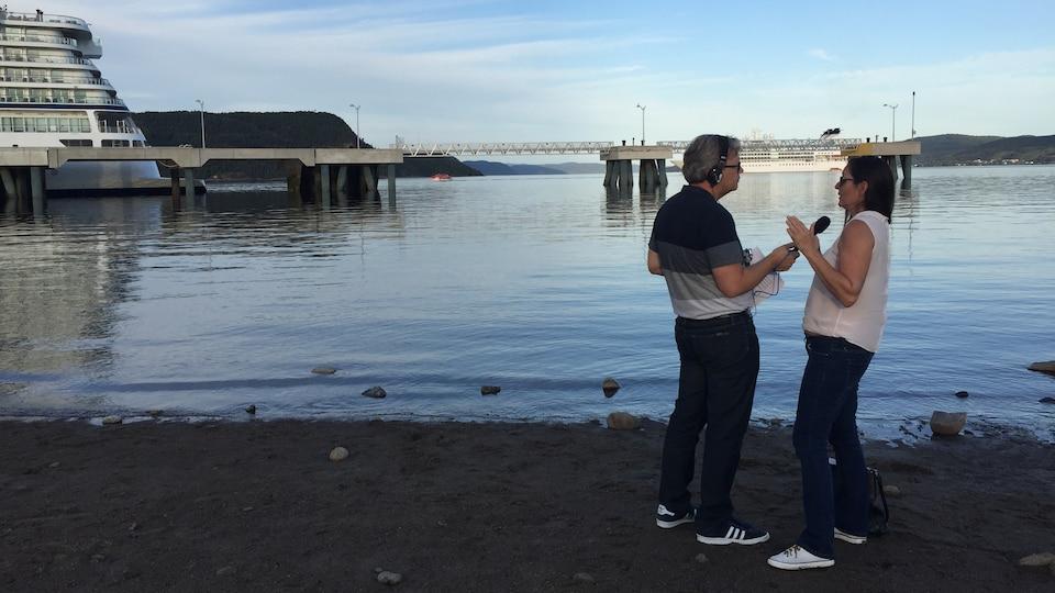 Un journaliste avec une dame sur une plage