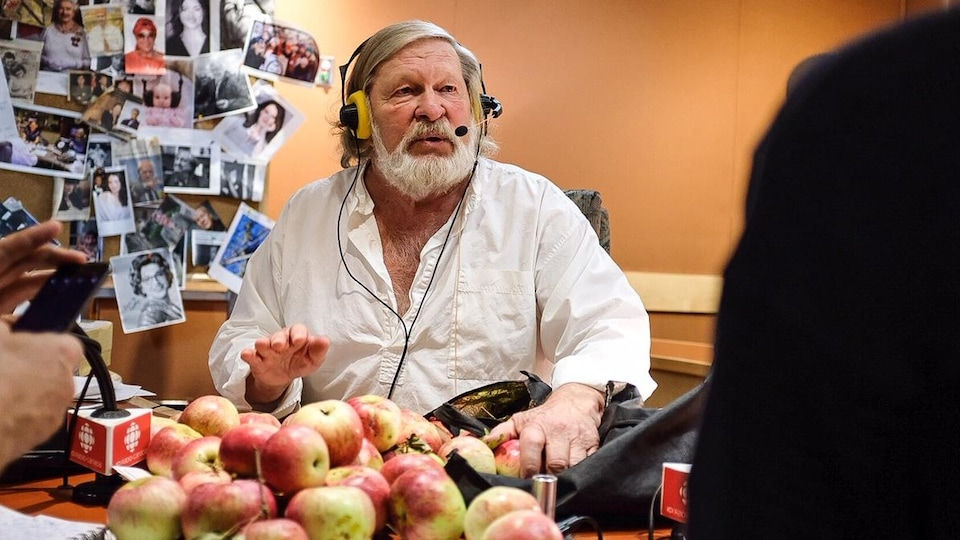 Une petite pile de pommes devant l'animateur Joël Le Bigot.