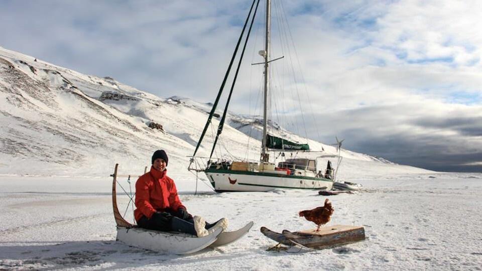 Guirec Soudée sur la neige avec sa poule Monique.