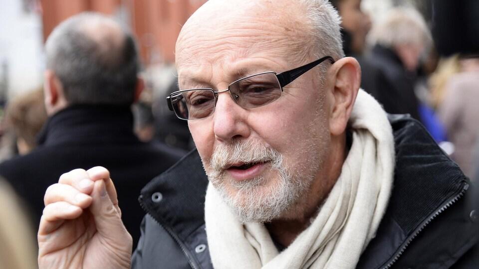 Le journaliste Jean-François Kahn parle devant une personne hors cadre.