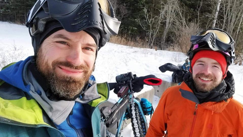 Samuel Lalande-Markon et Félix-Antoine Tremblay, cyclistes, avant de partir en expédition sur la route blanche
