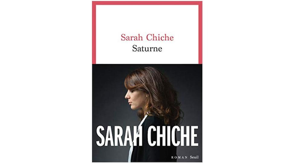 La couverture d'un roman, avec la photographie d'une femme qui est de profil.