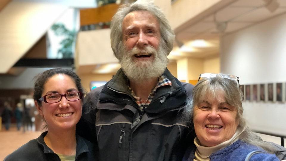 Sarah Ouellette, fermière de l'année au Yukon en 2019 avec Brian Lendrum et Susan Ross, propriétaires de la terre agricole.