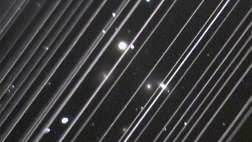 Une photo du ciel bourrée de lignes blanches