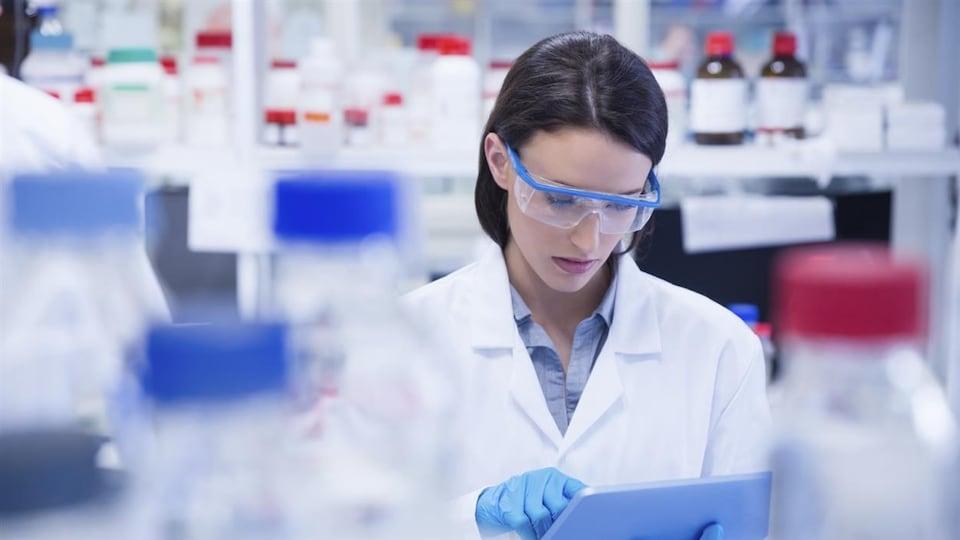Un femme travaille dans un laboratoire.