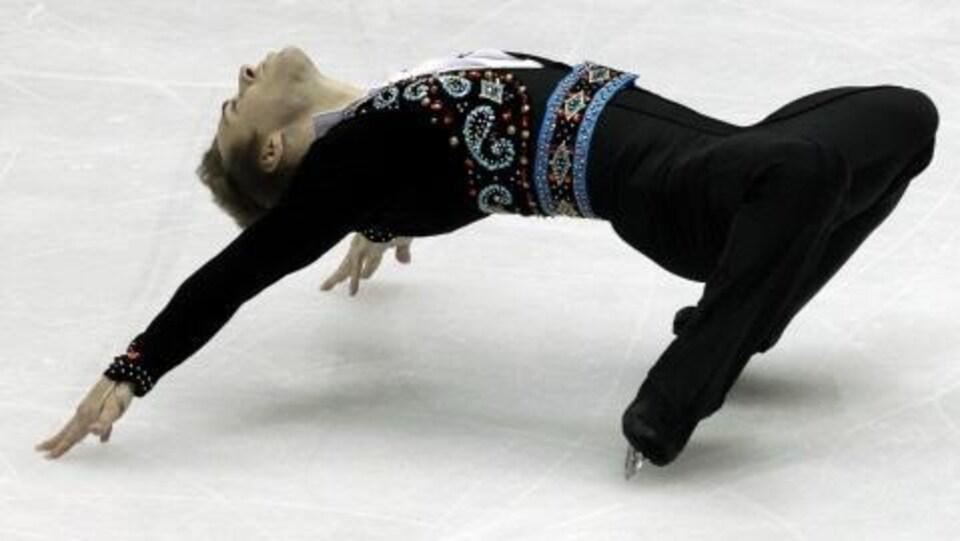 Shawn Sawyer adopte une posture de pont extrême, tout en glissant sur ses patins.