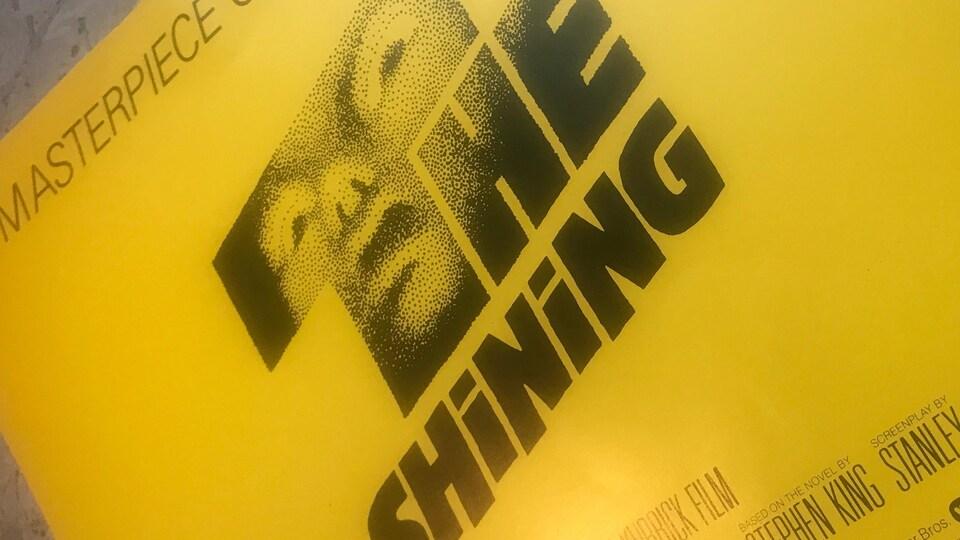 Une affiche jaune avec the shining écrit.