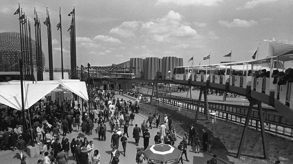 Passants sur le site de l'Expo 67