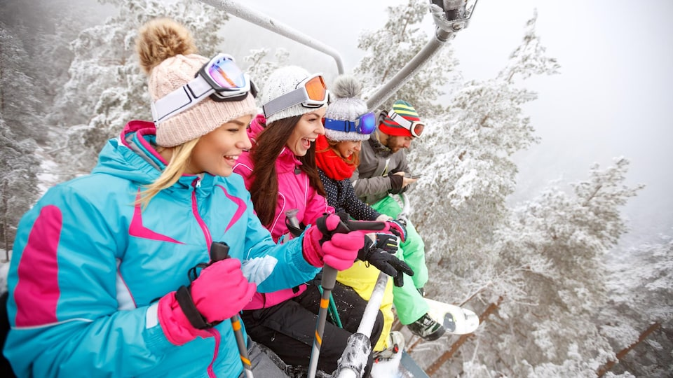 Des amis profitent de l'hiver dans un remonte-pente d'une station de ski.