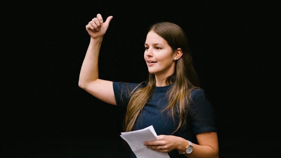 Sophie Audet, une jeune femme brune et souriante qui fait un discours sur scène.