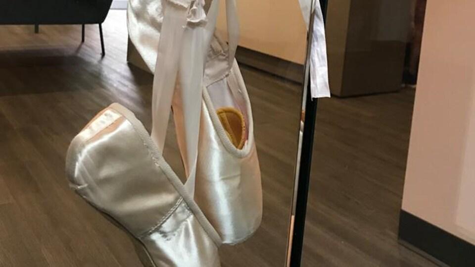 Des souliers de ballet suspendus