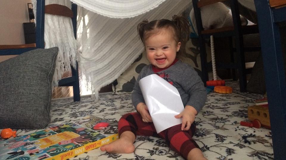 Stella sous une tente confectionné avec une couverture et des chaises