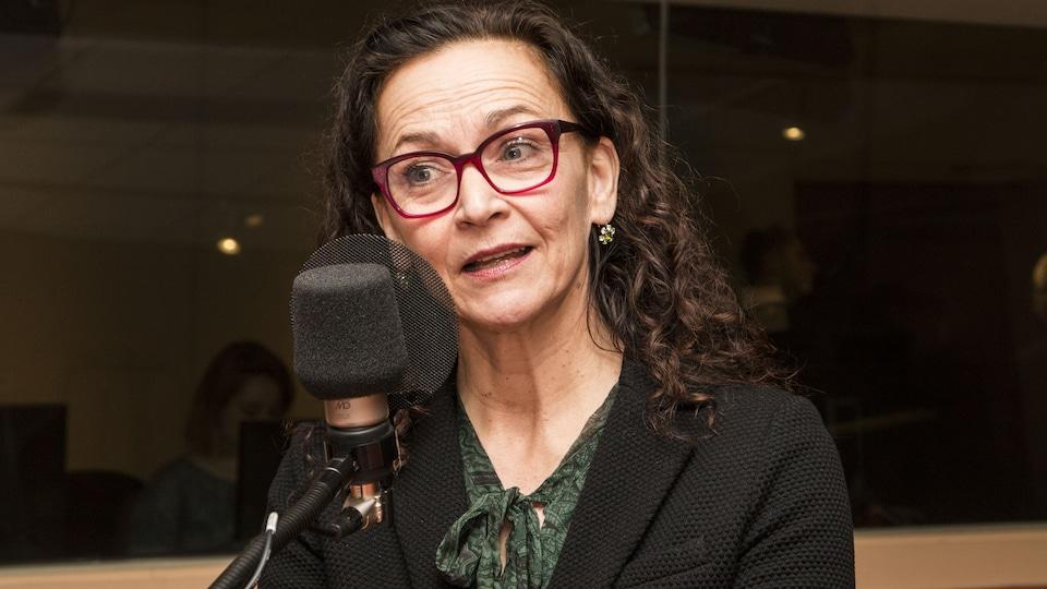 La femme parle dans un micro