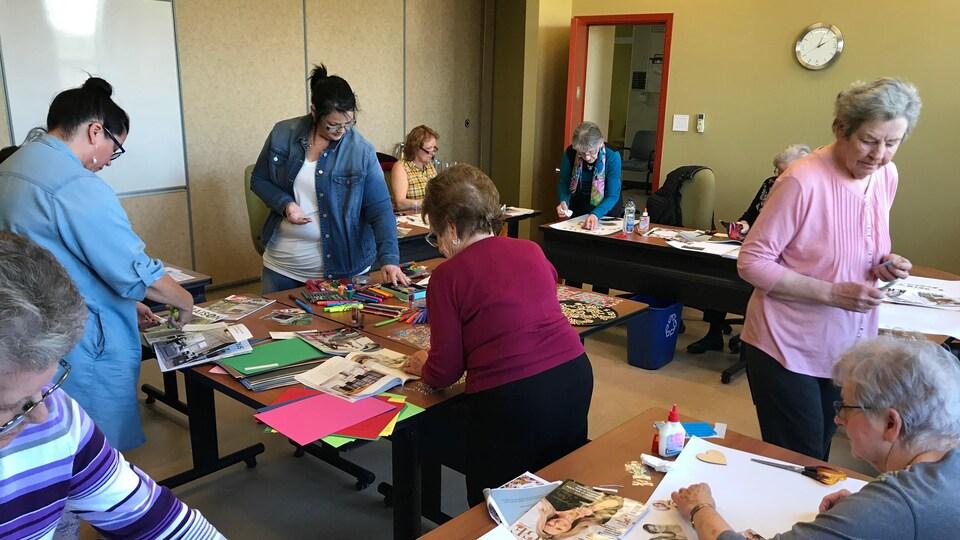 Un groupe de femmes participent à un atelier de bricolage.