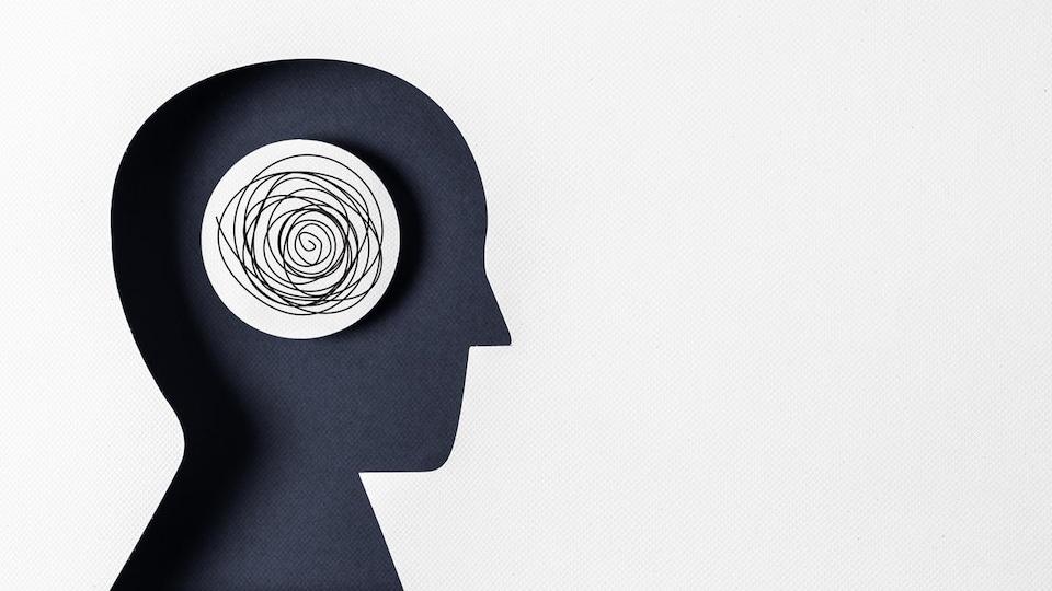 Dessin d'une personne de profil avec des pensées emmêlées dans le cerveau.