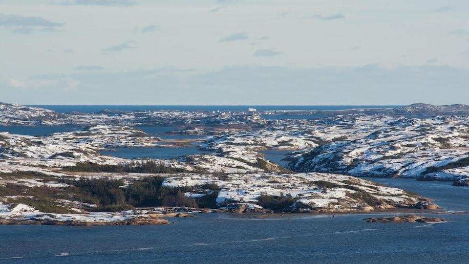 L'archipel des îles en face du village de Tête-à-la-Baleine, avec à l'horizon l'île Providence.