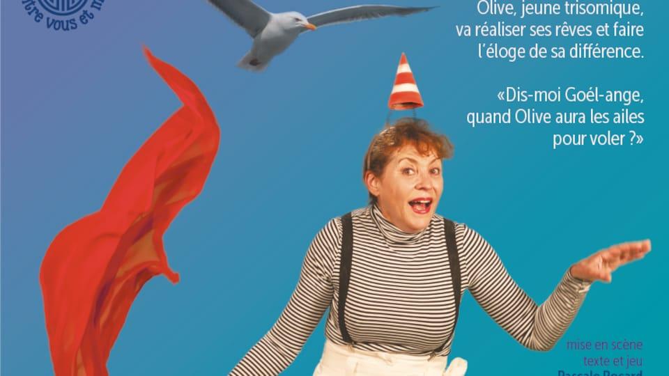Une affiche de théâtre. Une femme porte un petit cône de construction comme chapeau et tient un foulard rouge.