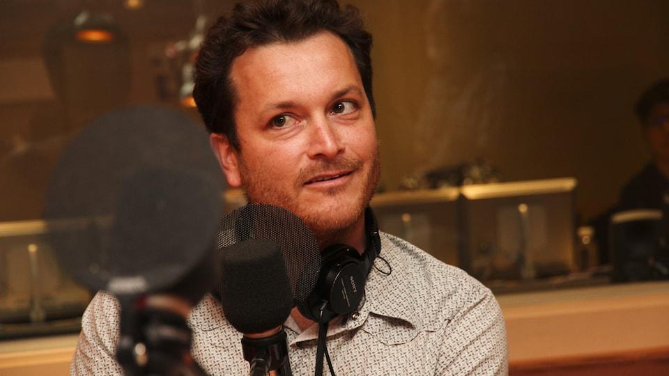Thibault Rehn dans un studio radio.