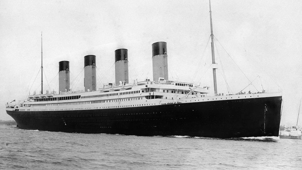 Photo en noir et blanc du navire Titanic au départ de Southampton le 10 avril 1912