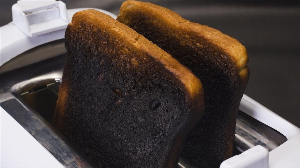 Des tranches de pain calcinées dans un grille-pain.