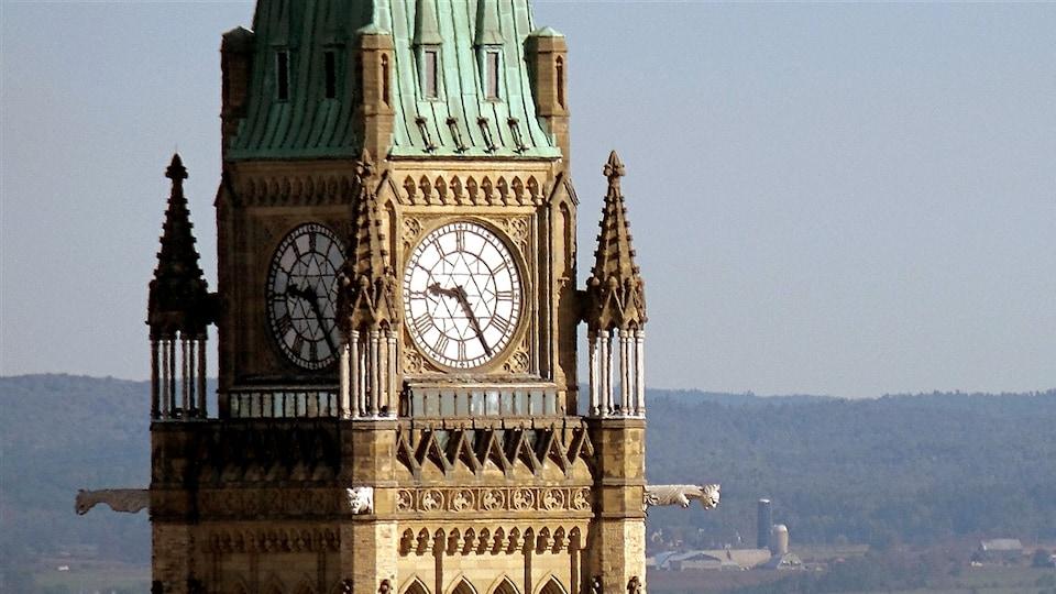 Le sommet de la tour de la Paix comporte une horloge à quatre cadrans et des sculptures.