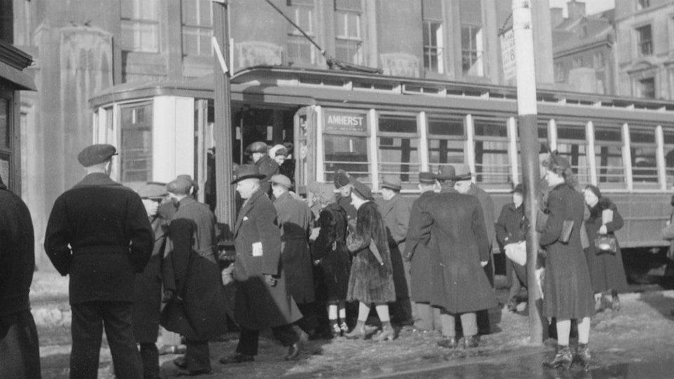 Des voyageurs montent dans le tramway Amherst de Montréal en 1943.