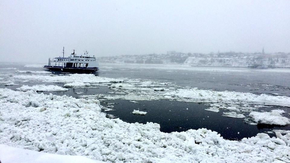 Le traversier Alphonse-Desjardins épris de glaces
