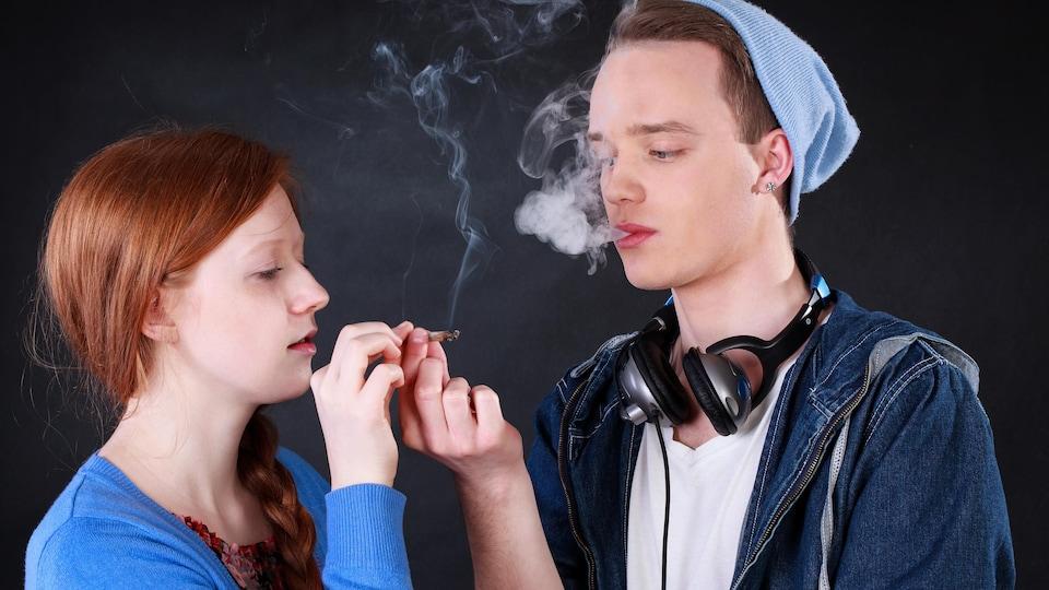 Des adolescents fument un joint.