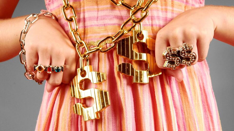 Une jeune fille porte de la bijouterie en or.