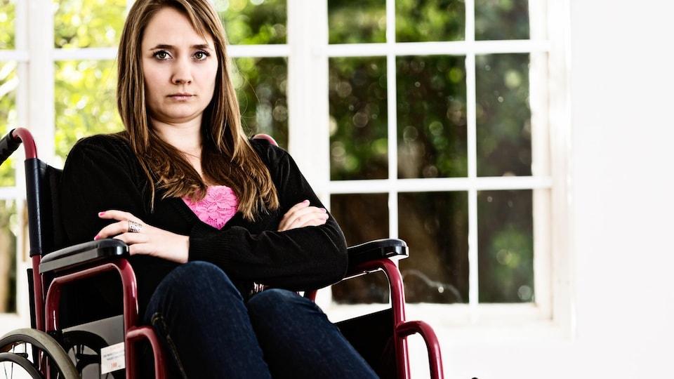 Une femme en chaise roulante.