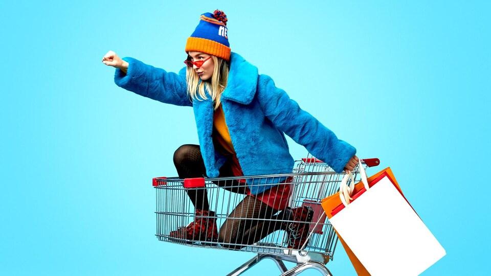 Une femme dans un panier d'épicerie veut conquérir le monde.