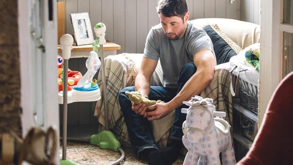 Un homme dans la chambre de son enfant.