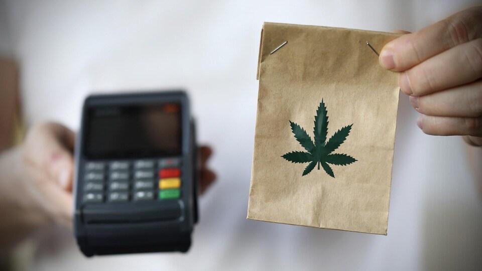 Un sac de cannabis et un dispositif de paiement à distance.
