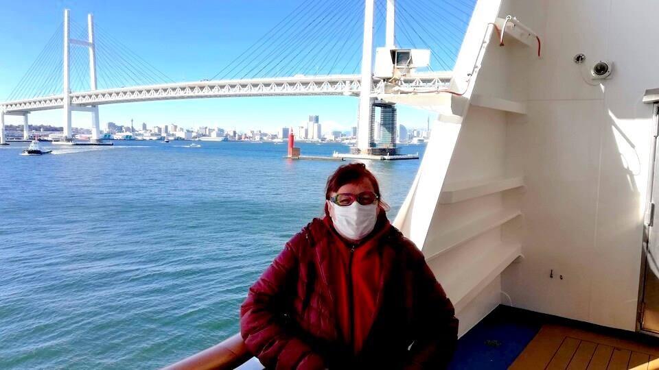 Manon Trudel, le visage masqué, sur un pont du Diamond Princess