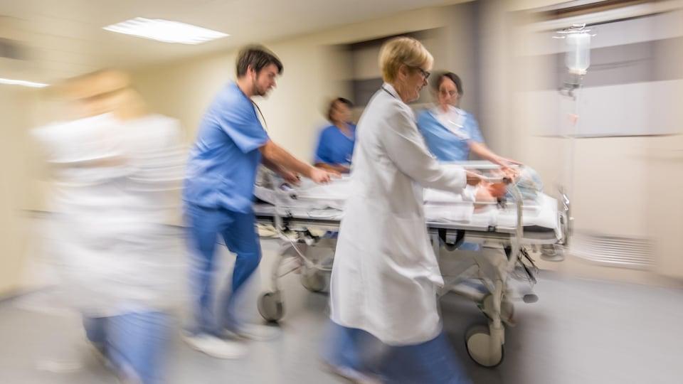 Des travailleurs de la santé à l'œuvre dans un centre hospitalier.