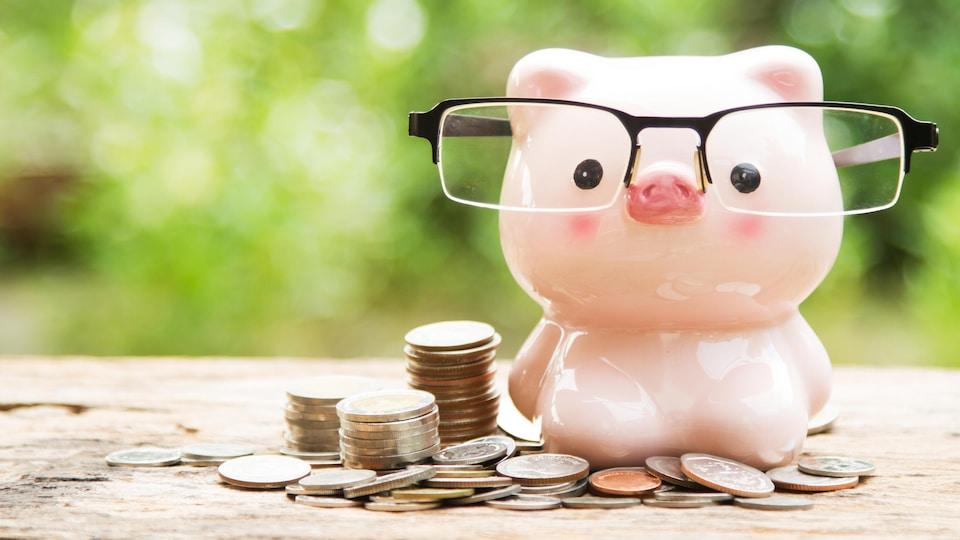 Une banque en cochon qui porte des lunettes.