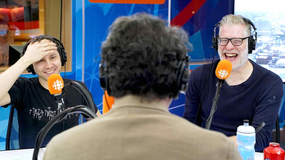 Les chroniqueurs Paul Journet et Fred Savard, dans le studio de <i>Tout un matin</i>.