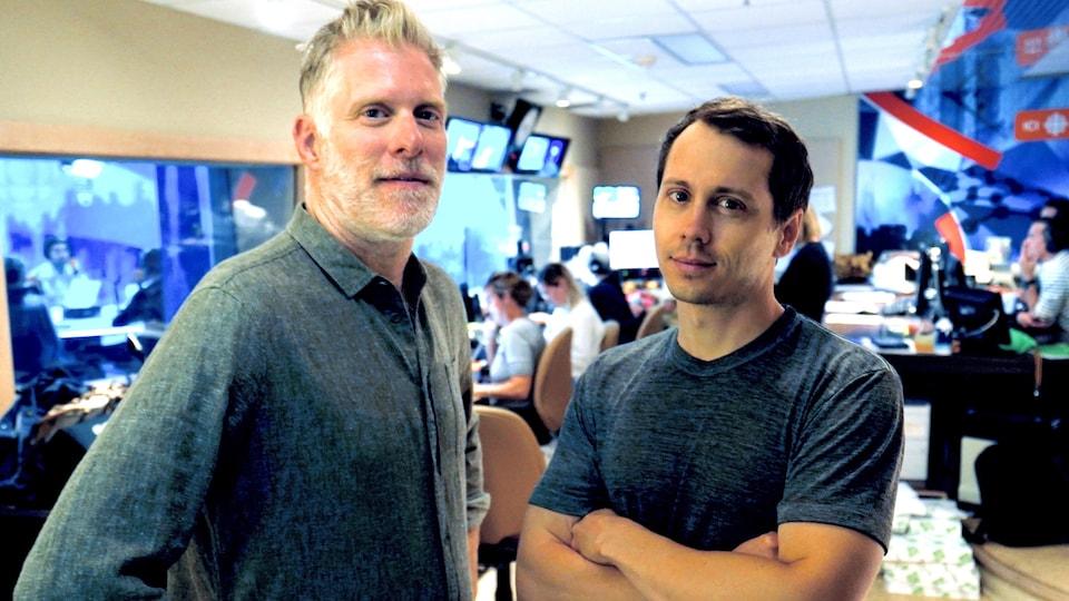 Fred Savard et Paul Journet sont dans la régie du studio de Tout un matin.