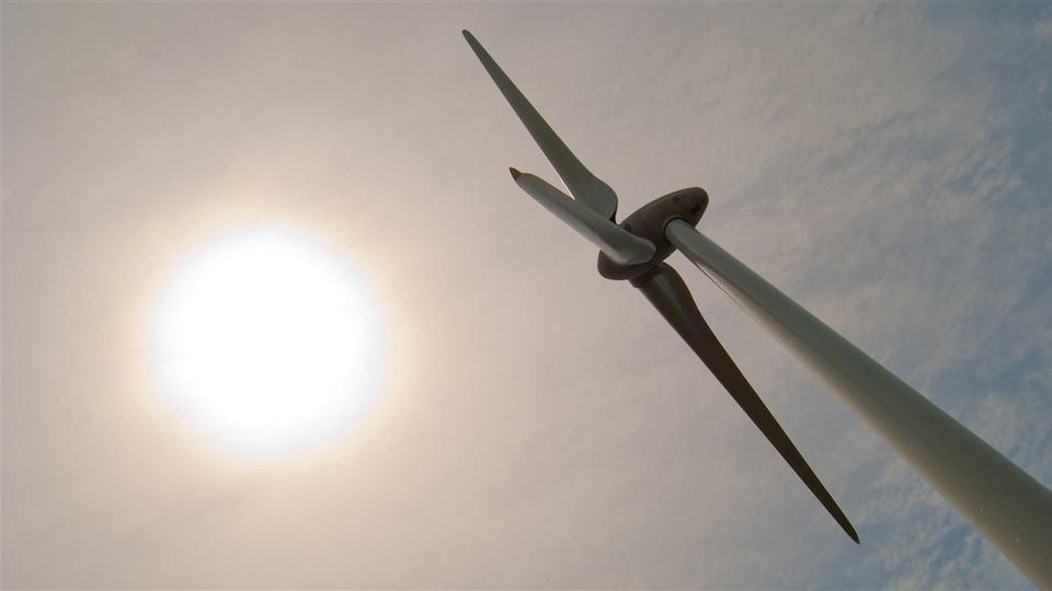 Une éolienne et le soleil
