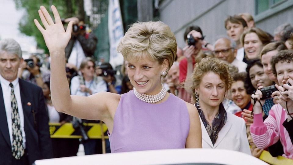 En novembre 1996, Diana Spencer, la princesse de Galles, salue la foule lorsqu'elle quitte le Victor Chang Cardiac Research Institute à Sydney.