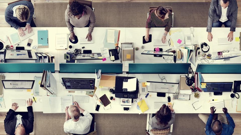 Une équipe de huit employés au travail
