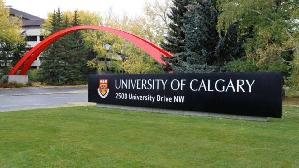 Le panneau de l'entrée de l'Université de Calgary sur du gazon.