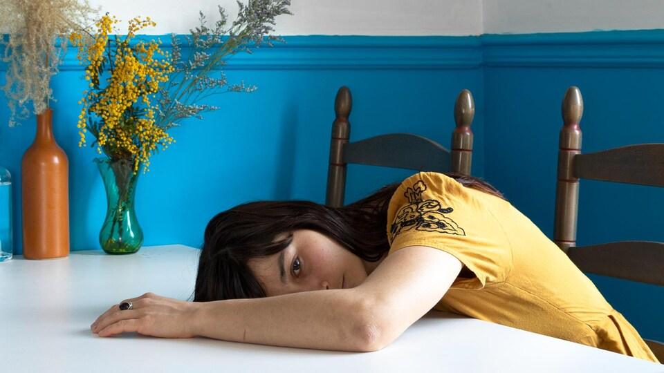 Une femme couché sur une table.