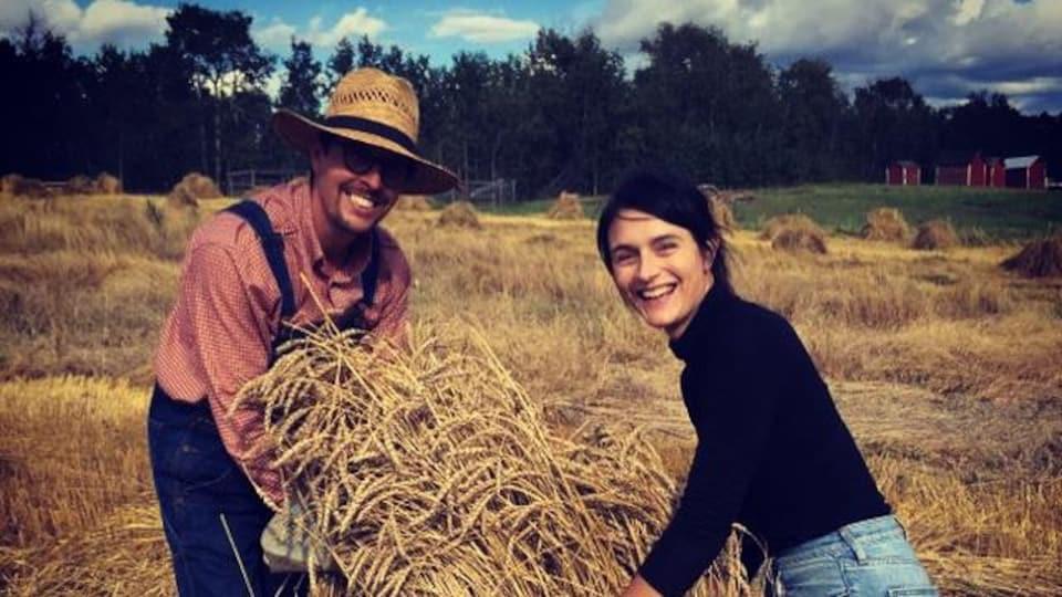 Roger et Virginie Dallaire dans un champ.