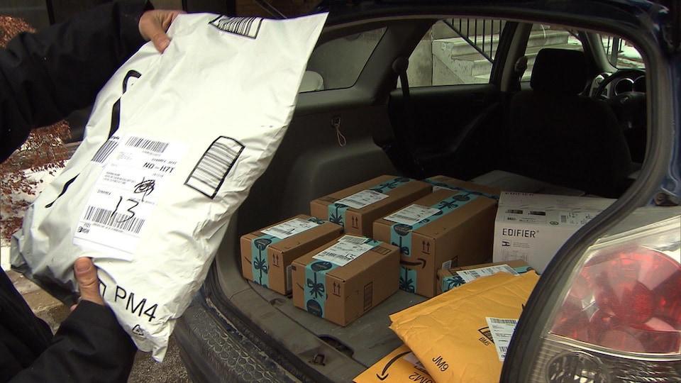 L'intérieur d'un véhicule de livraison avec une dizaine de colis.