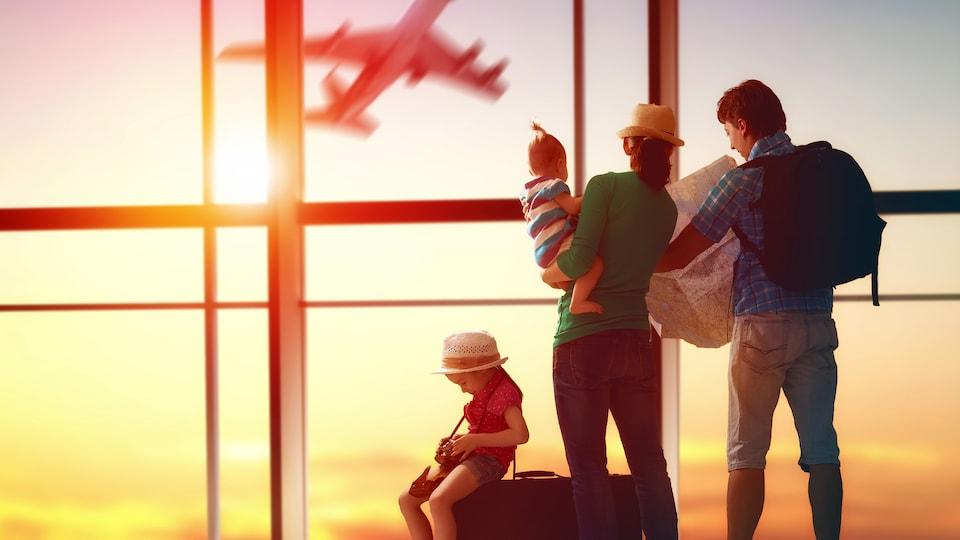 Une famille, une jeune fille assise sur une valise, une mère qui porte un jeune enfant dans ses bras, et un père qui consulte une carte routière se trouve devant les vitres d'un aéroport alors qu'un avion décolle dehors.
