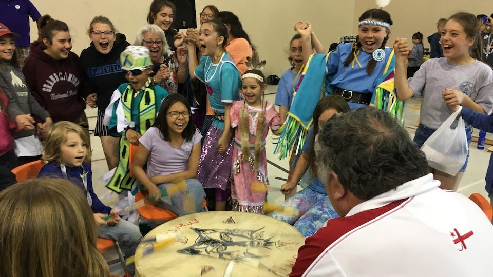 Autochtones et non-Autochtones se sont rassemblés pour danser au son des tambours