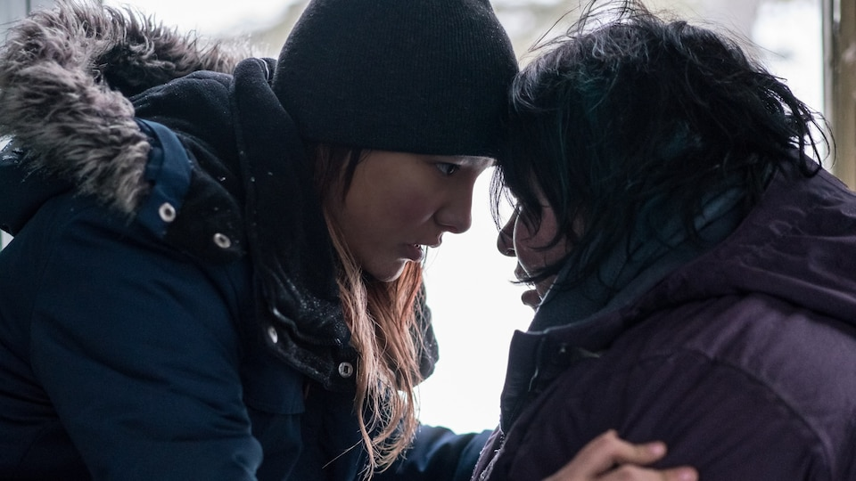 Yamie Gregoire et Sharon Fontaine-Ishpatao, lors du tournage du film Kuessipan.