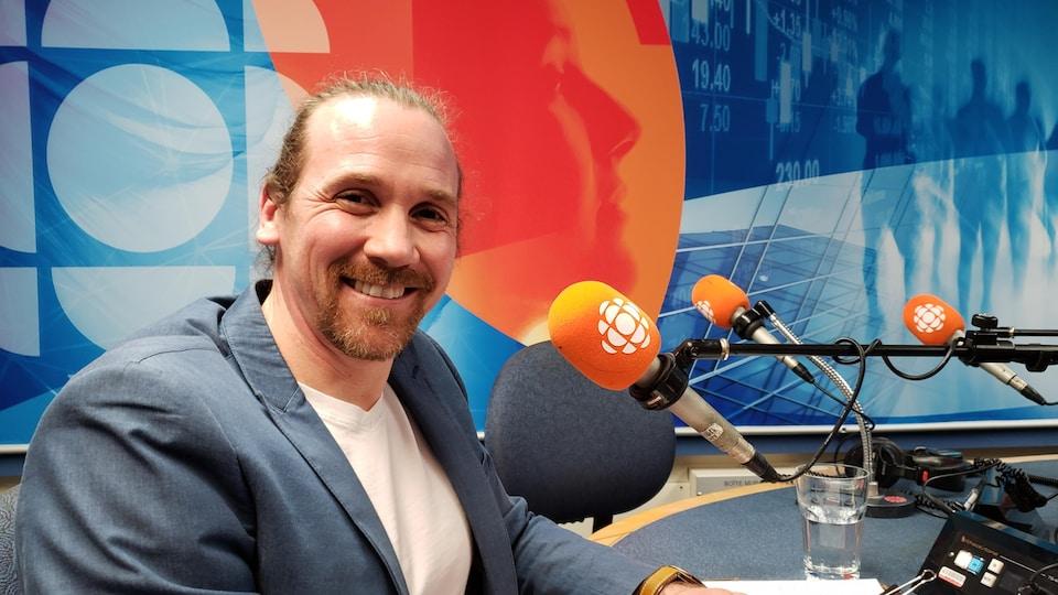 Le directeur général du Patro de Jonquière, Yannick Gagnon, est dans un studio de Radio-Canada.